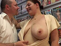Mama curvy darling enculeìe sans merci dans un sex-shop